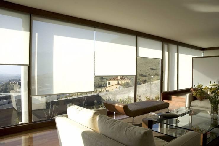 Limpieza de cortinas roller: Ventanas y puertas de estilo  por DV arquitectura