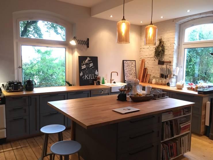 Wohnküche mit Kamin und offenem Übergang zu Wohn- und Esszimmer:  Küche von Tim Diekhans Architektur