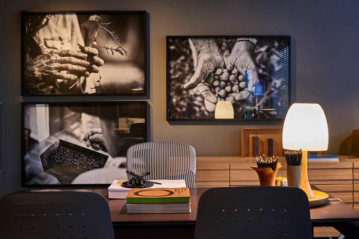 Living room by MARCOS DE PAULA ARQUITETURA E INTERIORES, Modern