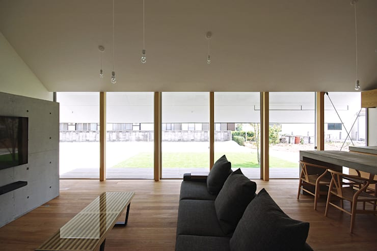 リビング、庭: 空間建築-傳 一級建築士事務所が手掛けたリビングです。