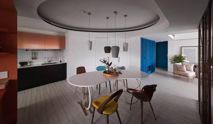 Vivid Color  重彩:  餐廳 by 水相設計 Waterfrom Design