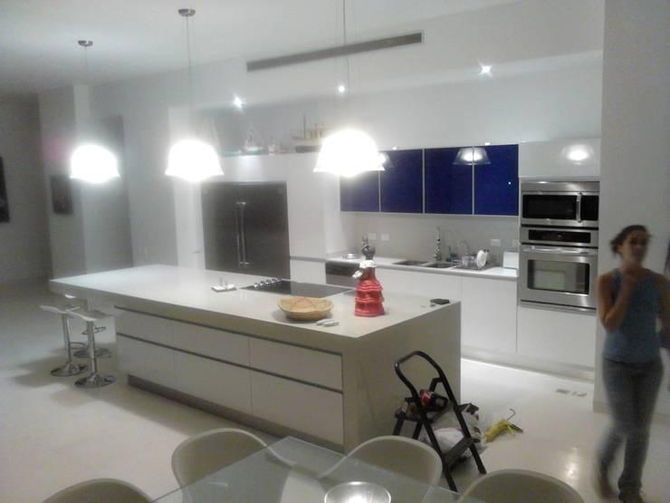 """Mobiliario Cocina """"Morro del Mar"""": Cocina de estilo  por Emrotaca"""