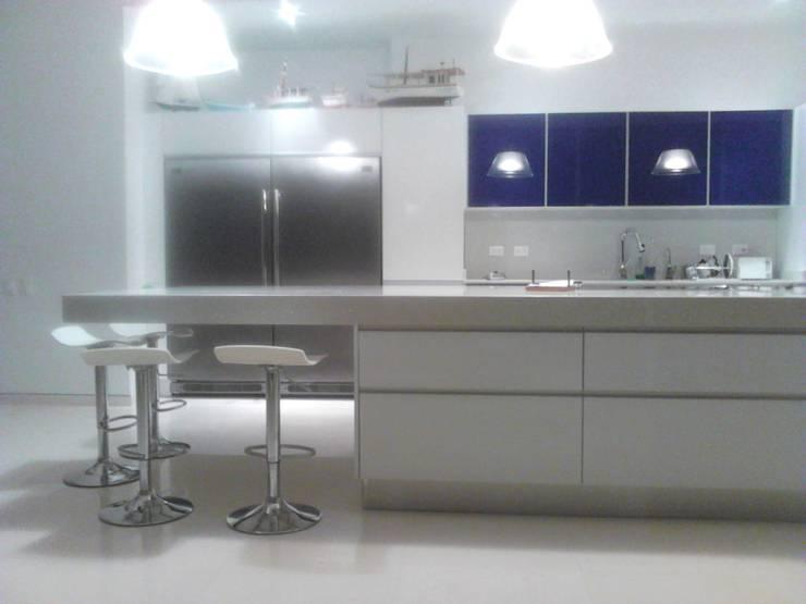 Mobiliario Cocina <q>Morro del Mar</q>: Cocina de estilo  por Emrotaca