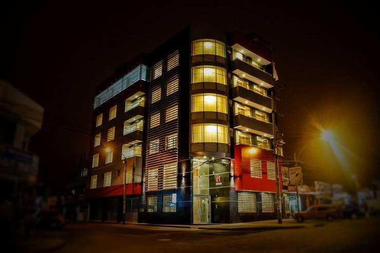 fachada hotel noche iluminación : Hoteles de estilo  por diseño integral y construcción sac, Moderno