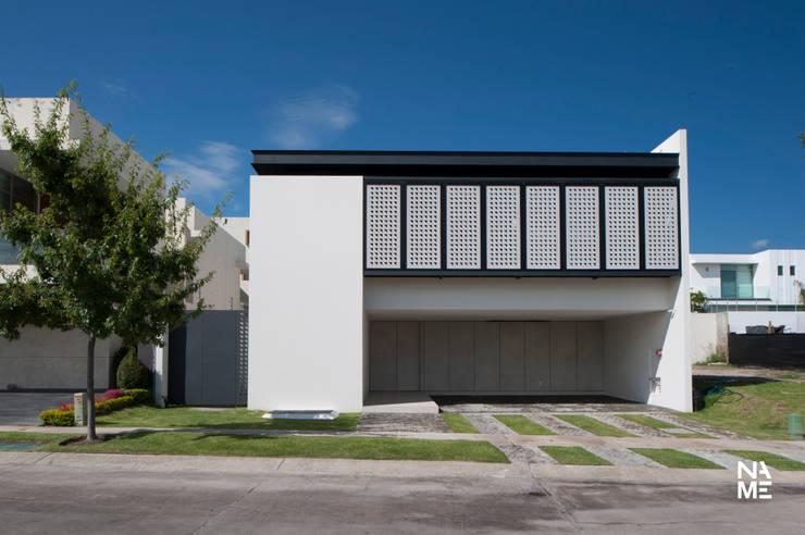 CELOSIA EXTERIOR CERRADA: Casas de estilo  por NAME Arquitectos