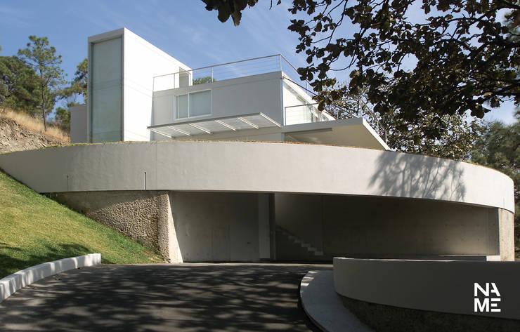 ACCESO: Casas de estilo  por NAME Arquitectos