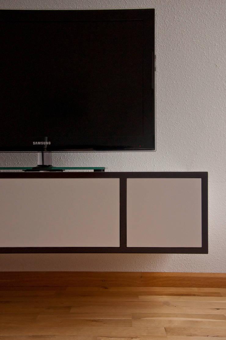 Tv kast: modern  door Joyce Bark, Modern MDF