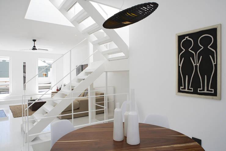 De Waterkant Townhouse: minimalistic Dining room by Deirdre Renniers Interior Design