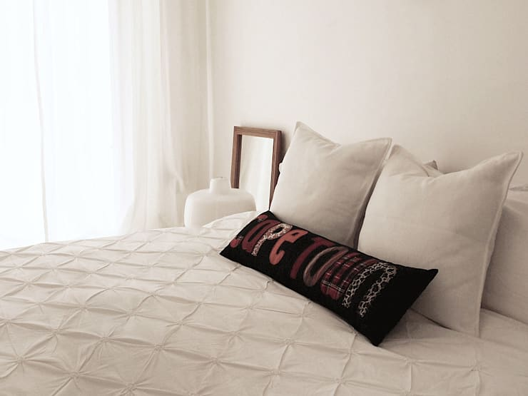 De Waterkant Townhouse: minimalistic Bedroom by Deirdre Renniers Interior Design