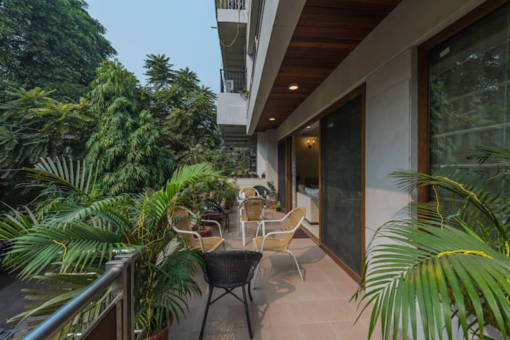 Greater Kailash Residence:  Balconies, verandas & terraces  by Vijay Kapur Designs