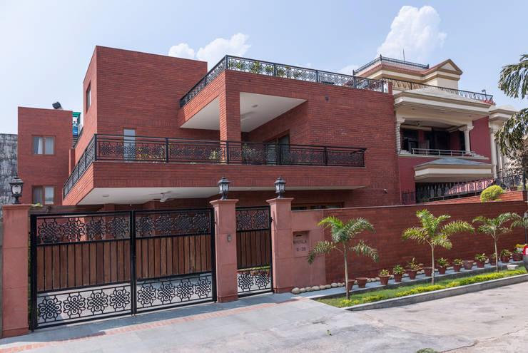 Noida Residence:  Houses by Vijay Kapur Designs