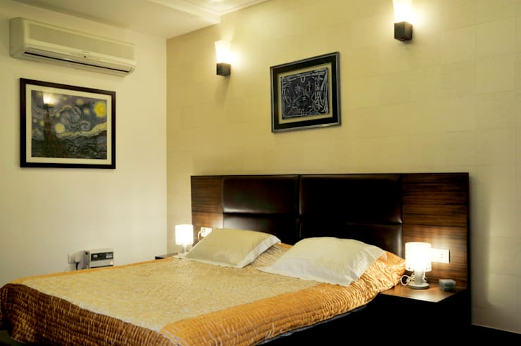 New Friends Colony Residence: classic Bedroom by Vijay Kapur Designs