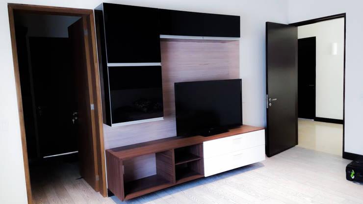 Estar de tv: Sala multimedia de estilo  por AZULNOGAL