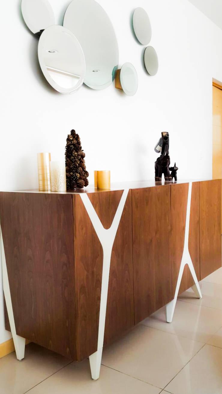Credenza rayas : Salas de estilo  por AZULNOGAL