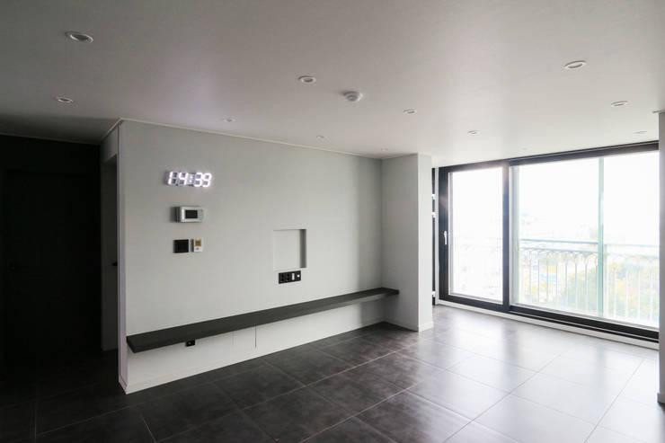 모던 심플한 느낌의 25평 인테리어 : 홍예디자인의  거실,모던
