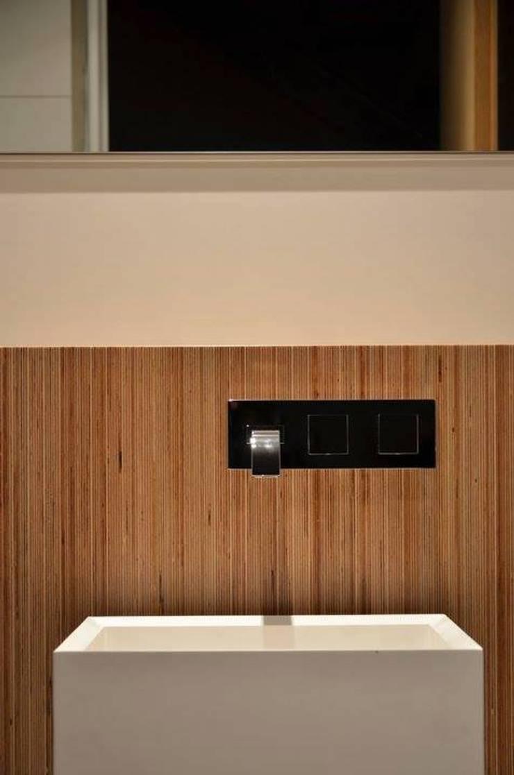 Casa de banho social em apartamento: Casas de banho  por Dynamic444