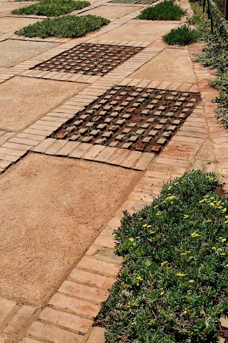 Barn House - Perforated paving:  Garden by Strey Architects