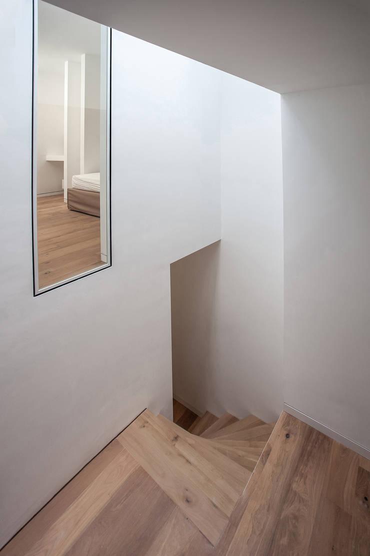 Trappenhuis Huis 20x3:  Gang en hal door Tim de Graag, Modern Massief hout Bont