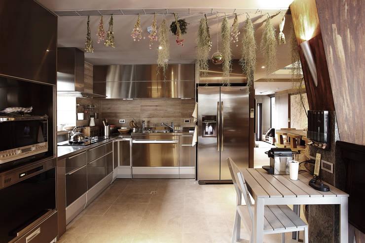 Kitchen by 戎馬整合設計