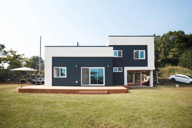 심플하지만 스킵플로어를 이용하여 독특하고 특색있는 구조의 모던스타일 전원주택[인천 강화]: 지성하우징의  주택