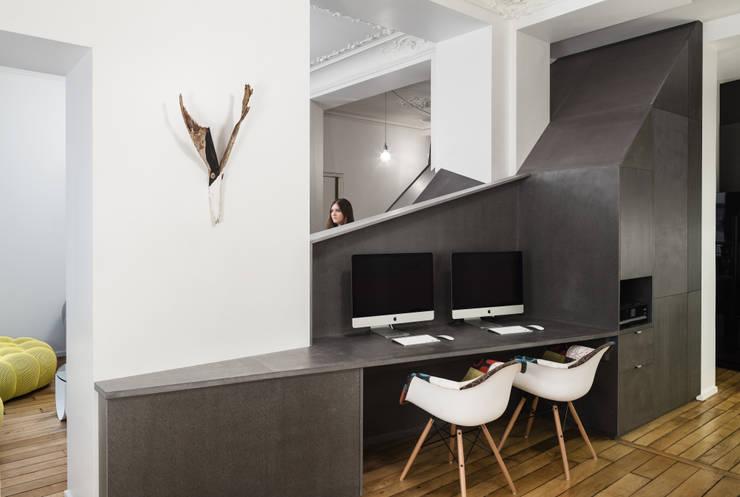Living room by STUDIO RAZAVI ARCHITECTURE