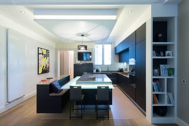 Cuisine ouverte sur salle de séjour: Salle à manger de style  par LA CUISINE DANS LE BAIN SK CONCEPT