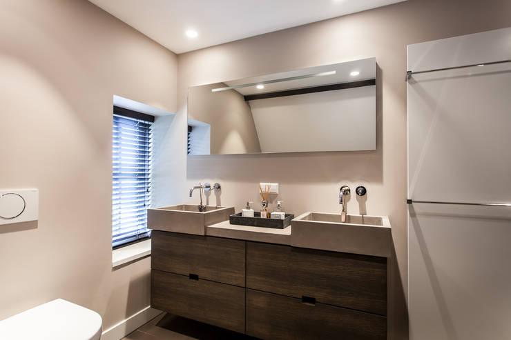 Badkamer:  Badkamer door Bob Romijnders Architectuur & Interieur, Modern