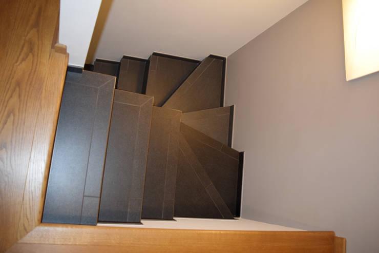 Scala interna: Ingresso & Corridoio in stile  di Fabio Ricchezza architetto