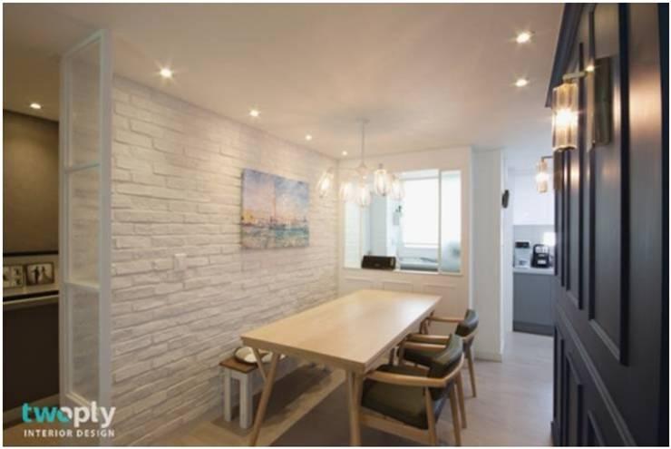 화이트톤으로 따뜻함을 보완한 다이닝룸: Heidi Chang의  다이닝 룸