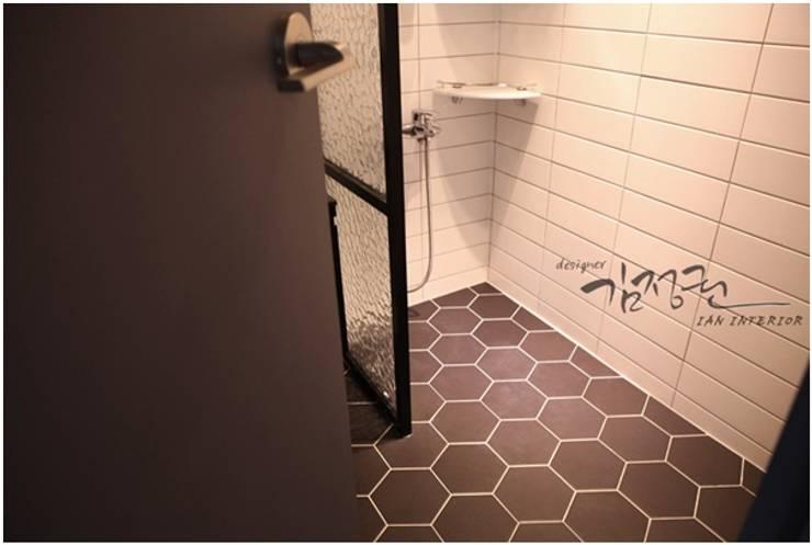 화이트 앤 블랙이 조화를 이루는 깔끔한 욕실: Heidi Chang의  욕실