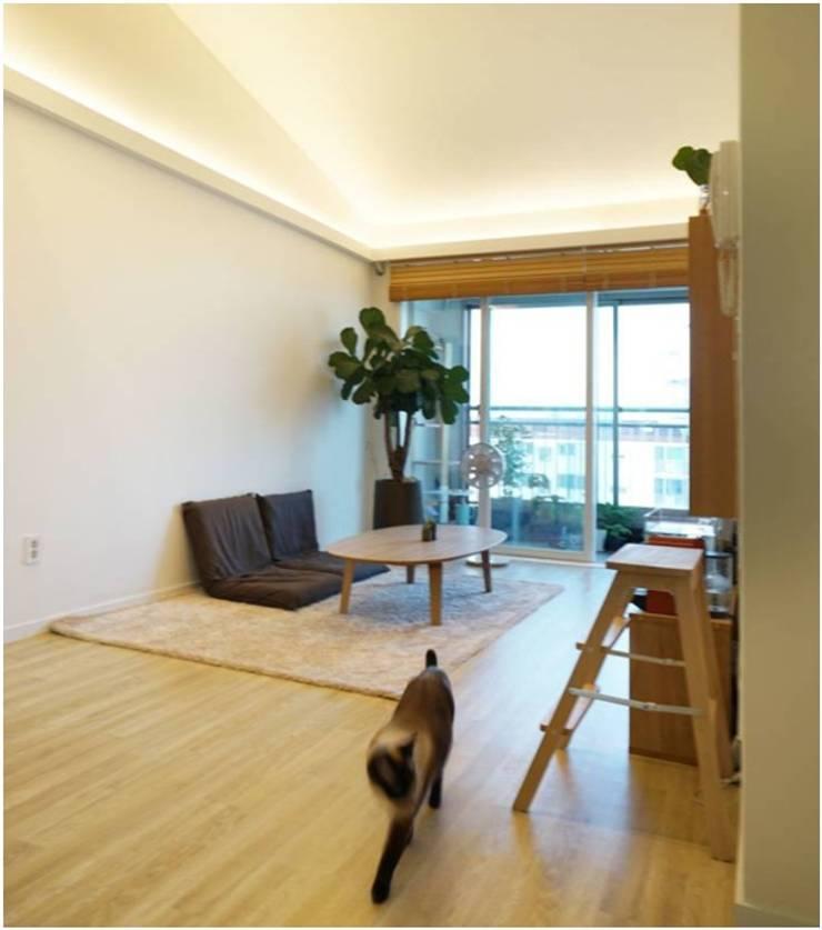 공간 활용성을 높인 작은 평수 리모델링 - 거실: Heidi Chang의  거실