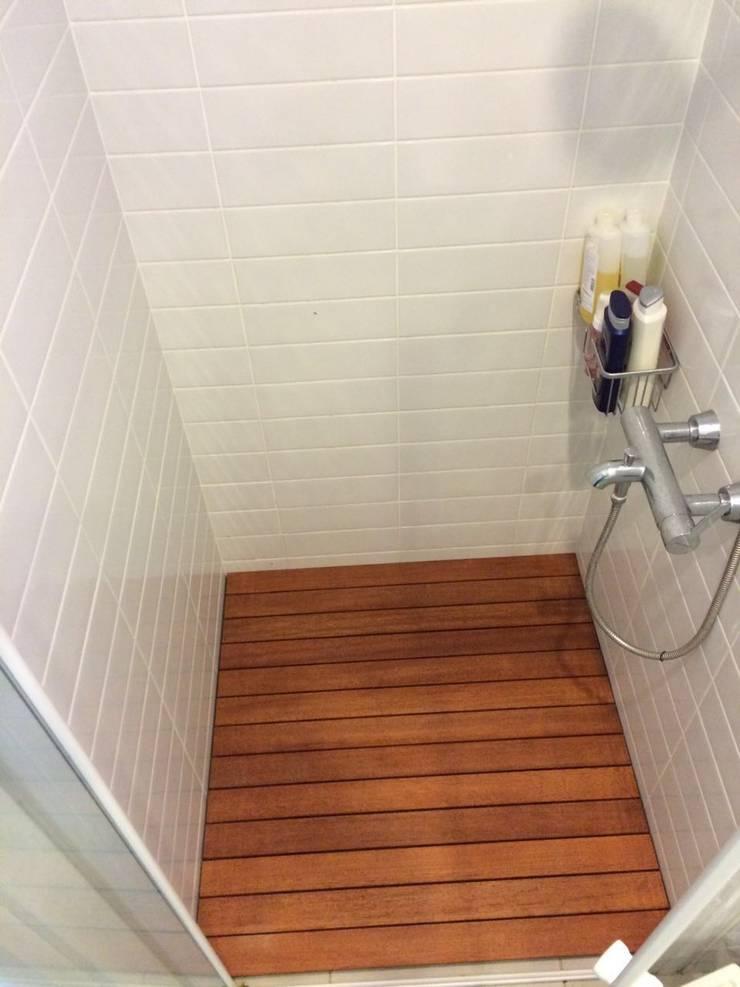 Erdem Duşakabin Tasarım Atölyesi – Ahşap Duş Zemini uygulanmış duş alanı:  tarz Banyo