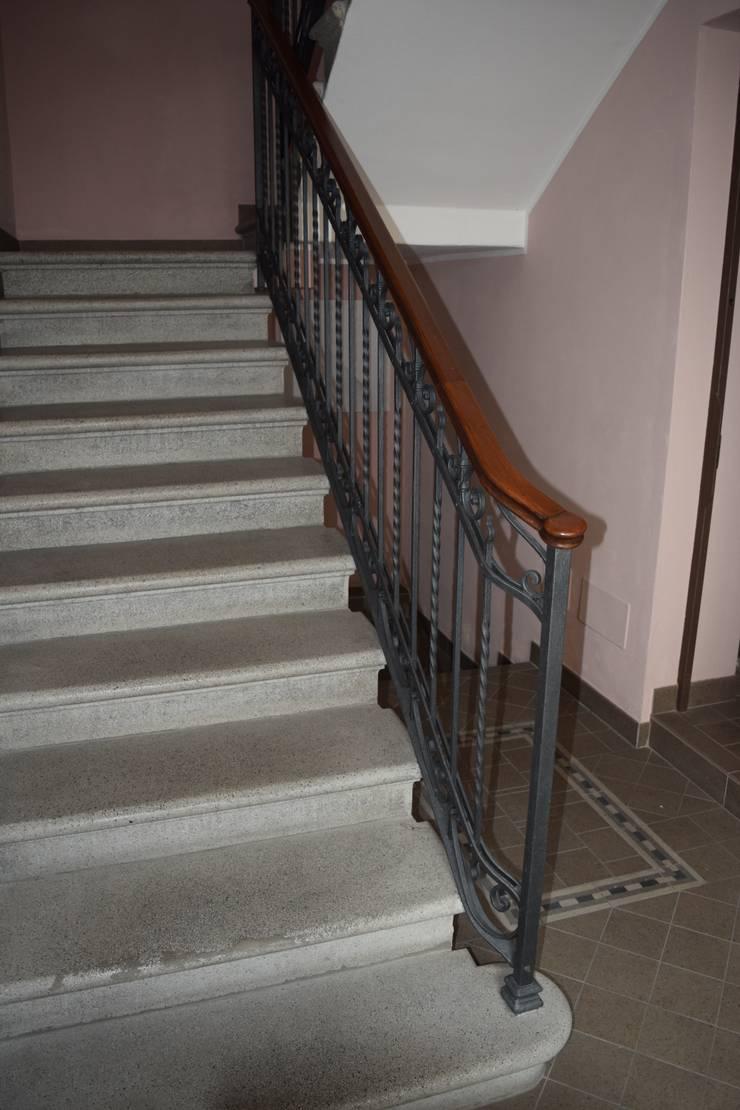 Scala condominiale: Ingresso & Corridoio in stile  di Fabio Ricchezza architetto