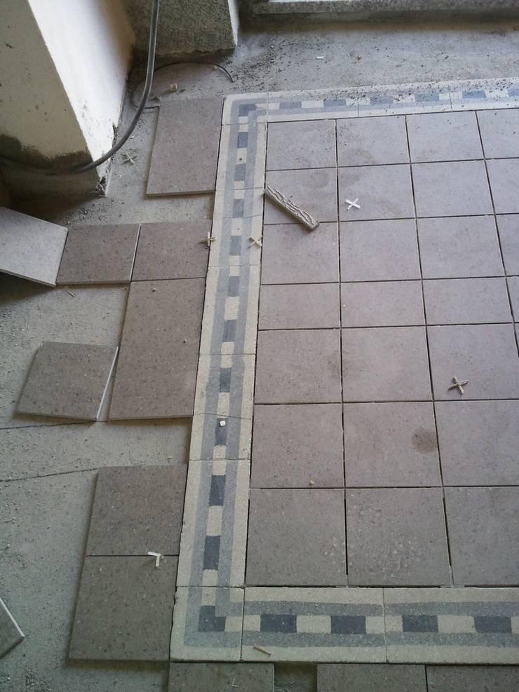 Schemi di posa pavimentazione  : Ingresso & Corridoio in stile  di Fabio Ricchezza architetto