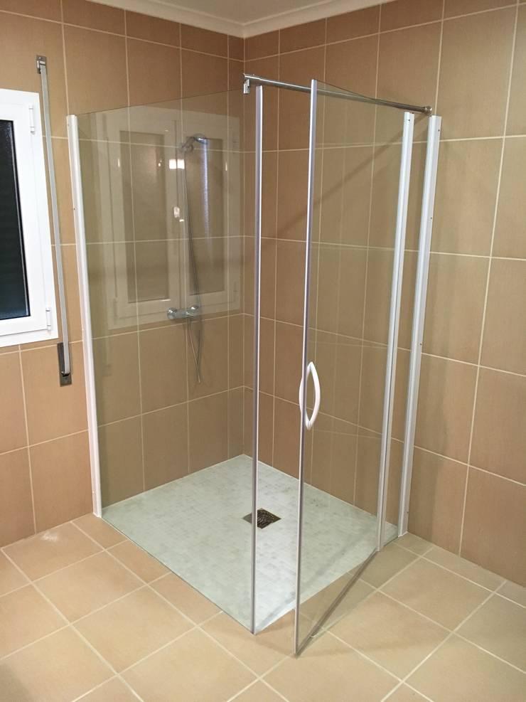 Cabine de duche de fixo com porta: Casa de banho  por Euroduches Lda.