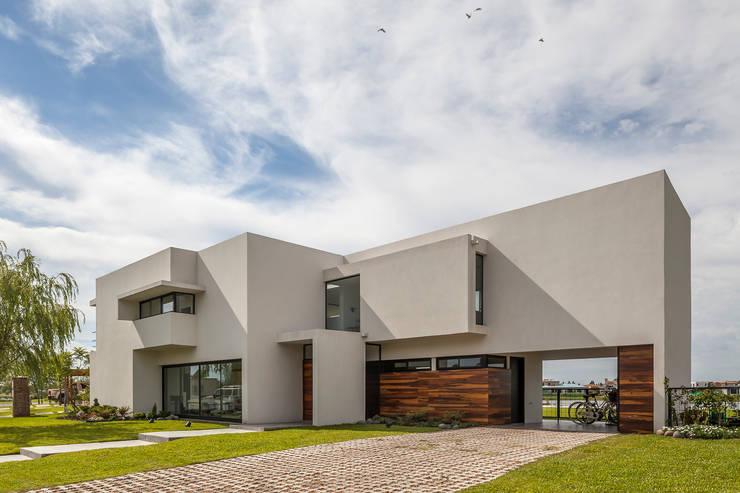 Casa San Benito: Casas de estilo moderno por Besonías Almeida arquitectos