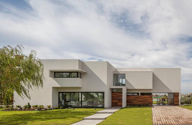 Casa San Benito: Casas de estilo  por Besonías Almeida arquitectos