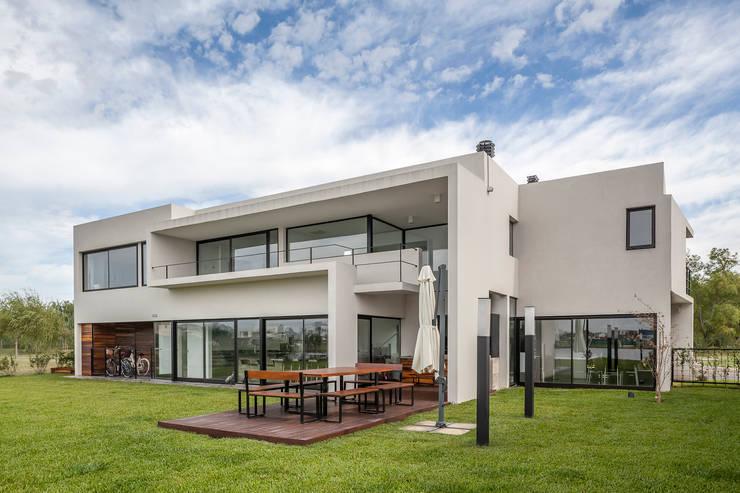 Casa San Benito: Casas de estilo  por Besonías Almeida arquitectos,