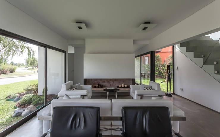Casa San Benito: Livings de estilo  por Besonías Almeida arquitectos