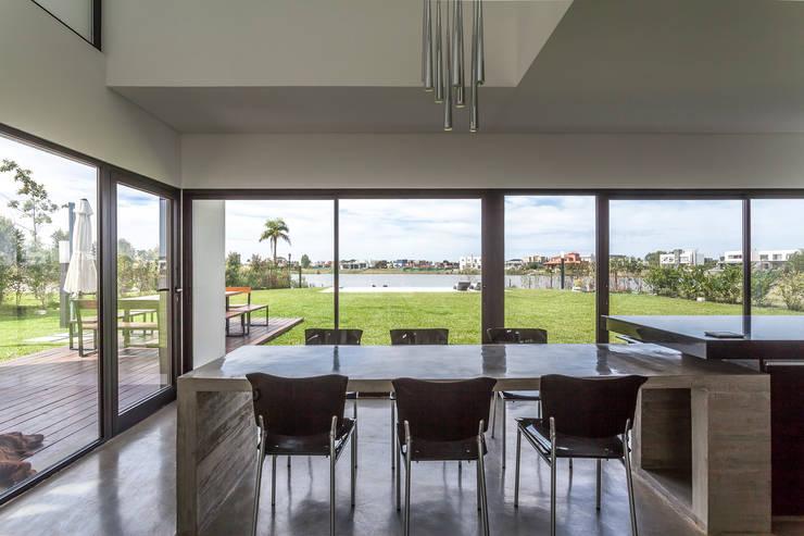 Casa San Benito: Livings de estilo  por Besonías Almeida arquitectos,