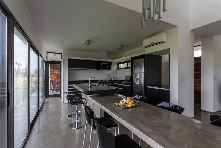 Casa San Benito: Cocinas de estilo  por Besonías Almeida arquitectos