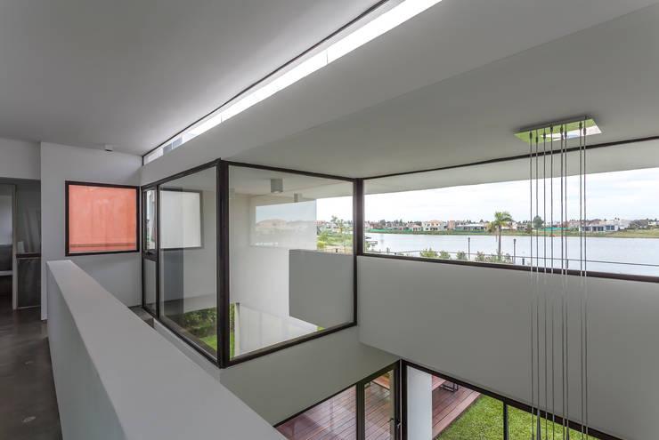 Casa San Benito: Pasillos y recibidores de estilo  por Besonías Almeida arquitectos,