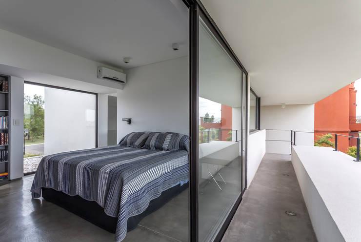 Casa San Benito: Dormitorios de estilo  por Besonías Almeida arquitectos
