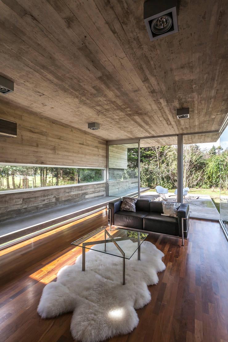 Pabellón Casa Torcuato: Paredes de estilo  por Besonías Almeida arquitectos,