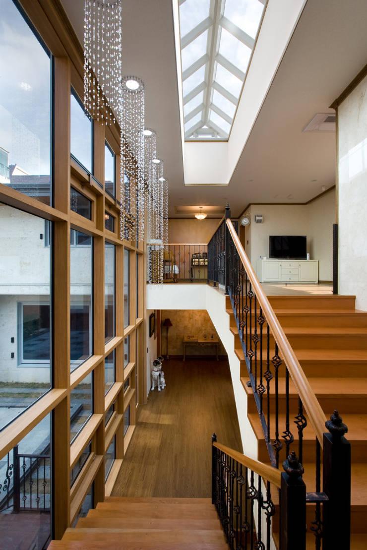 이입재 계단홀 : 도반건축사사무소의  복도 & 현관