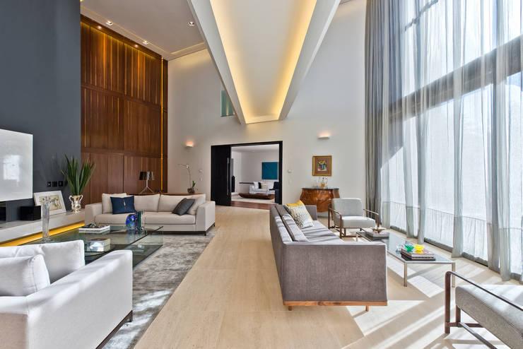 Living : Salas de estar  por Studio Leonardo Muller
