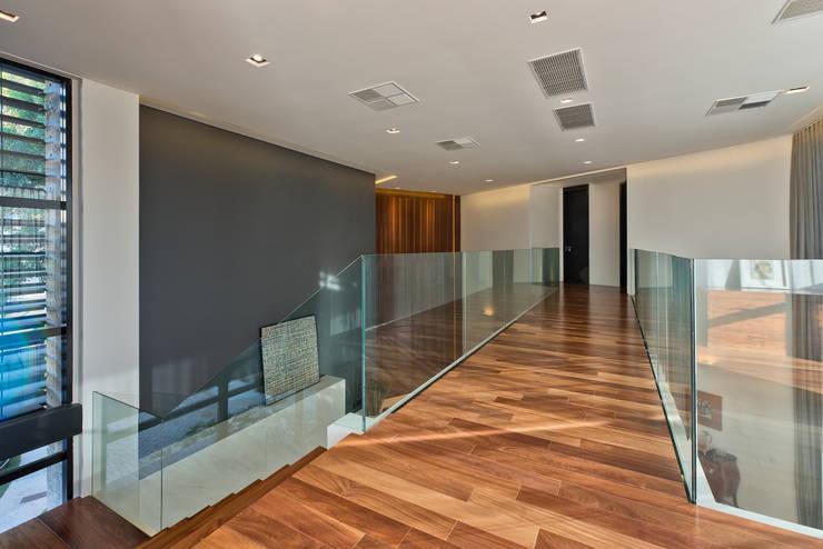 Passarela: Corredores e halls de entrada  por Studio Leonardo Muller