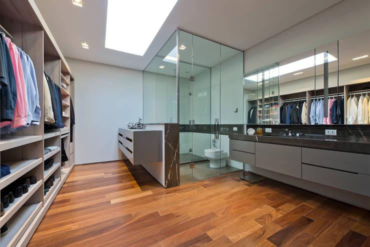 Closet do Casal: Closets  por Studio Leonardo Muller