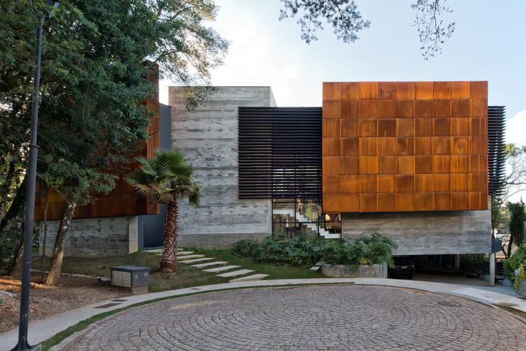Fachada Frontal: Casas  por Studio Leonardo Muller