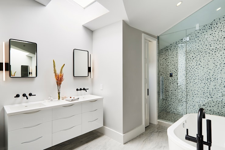 Carroll Street: minimalistic Bathroom by M Monroe Design
